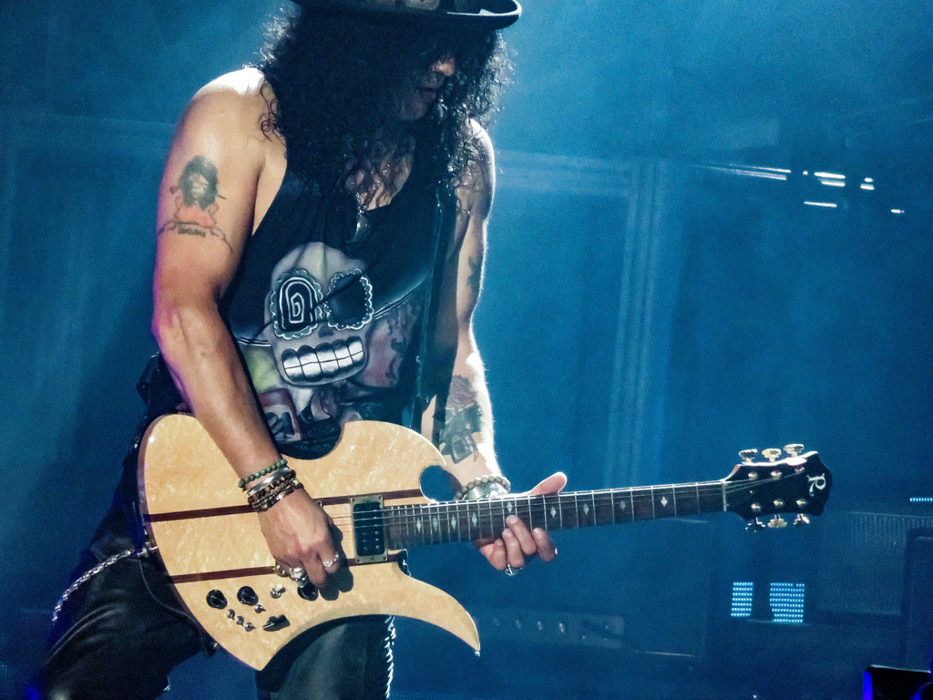 Slash jouant de la guitare